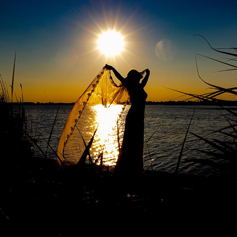 Bruid voor ondergaande zon
