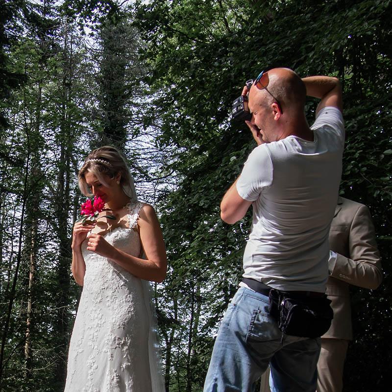 Chiel Hoekstra van Bruidsmomenten maakt foto's van bruidspaar