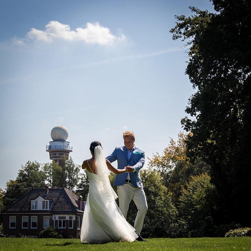 Bruidspaar danst in park