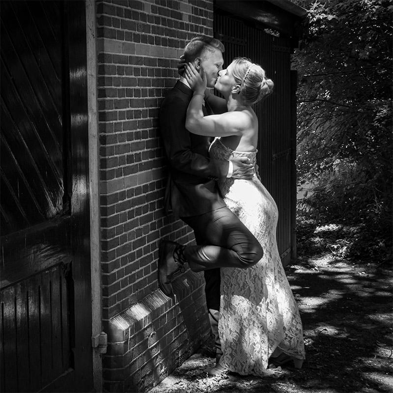 Kussend bruidspaar zwart wit foto