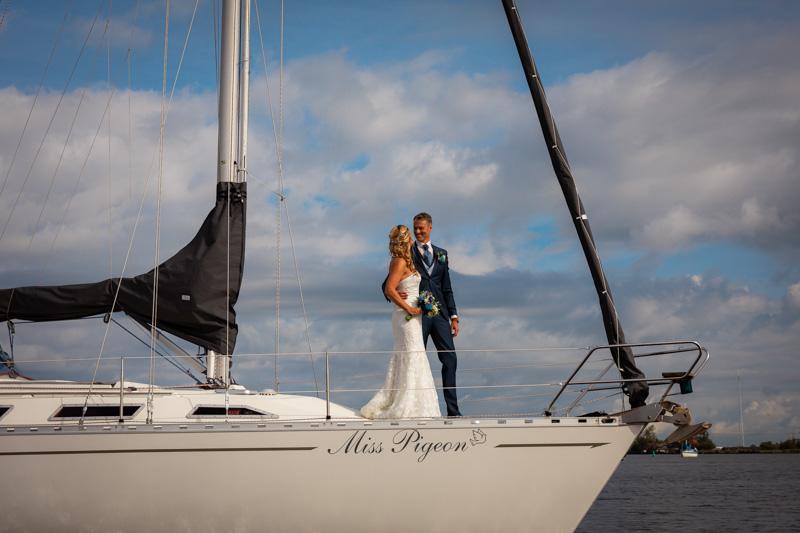 Bruidspaar op zeilboot